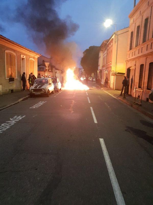 La tension était très forte samedi soir dans cette petite rue du quartier du Fer à Cheval entre manifestants et forces de l'ordre