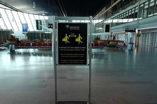 Une pancarte de distanciation sociale installée dans le terminal 2 de l'aéroport de Nice.