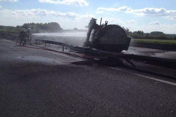 Les pompiers refroidissent la carcasse du camion citerne