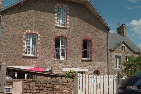 Une famille nombreuse de Jullouville (Manche) doit quitter sa maison, qui va être vendue par le propriétaire, et peine à en trouver une autre
