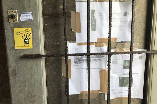 À côté des affiches, l'autocollant du DAL, l'association Droit Au Logement, qui aura bientôt son antenne nazairienne