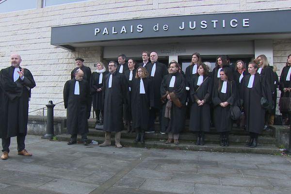 Les avocats du barreau de Bayonne devant le palais de justice pour réclamer le maintien de leur régime autonome de retraite
