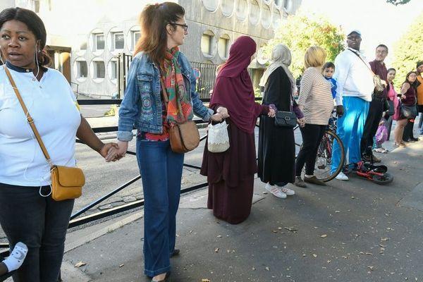 Depuis plusieurs mois, des parents d'élèves forment des chaînes humaines pour protester contre le trafic du drogue dans un quartier de Saint-Denis.