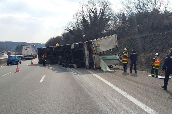 La camion s'est renversé pour une raison encore indéterminée.