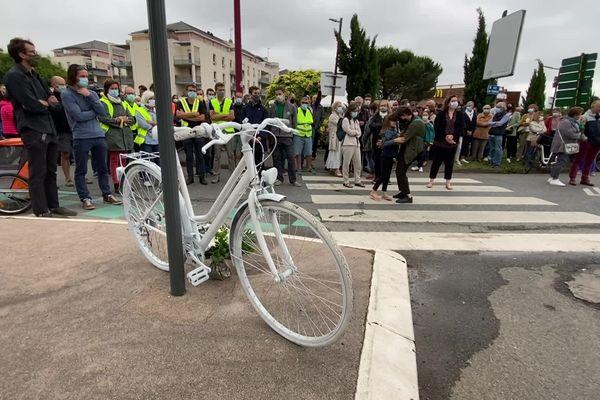 Rassemblement de quelque 200 personnes touchées par le décès d'une cycliste sur ce rond-point