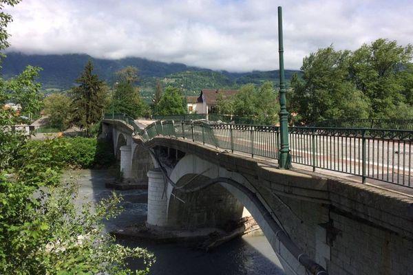 Une partie du pont situé entre Grignon et Albertville en Savoie s'est effondré suite à l'explosion