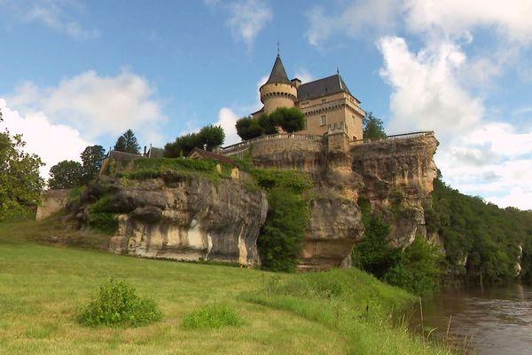 Juché sur un éperon rocheux dominant la Vézère, le château de Belcayre est réellement impressionnant