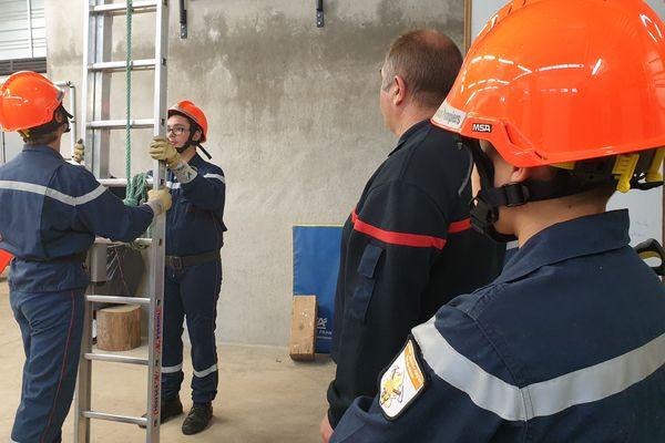 Depuis 2012, le collège de Sancy Artense, à la Tour d'Auvergne, dans le Puy-de-Dôme, a mis en place une section jeune sapeur-pompier. Une centaine d'élèves a été formée. Un moyen de susciter des vocations et d'attirer de nouveaux volontaires.