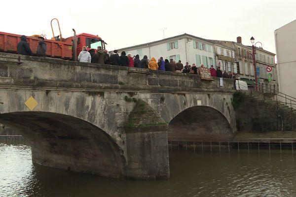 Les Amis du Vieux Marans ont organisé un rassemblement pour défendre le pont de pierre du 18ème siècle.