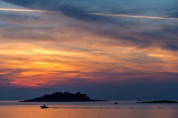 Un peu de rêve et un parfum de vacances pour bien commencer la semaine avec ce coucher de soleil en Croatie.