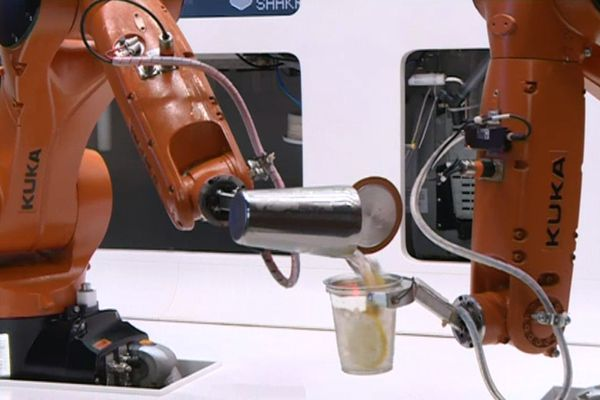 "Le robot ""Makr Shaker"" en train de faire un cocktail sans intervention humaine"