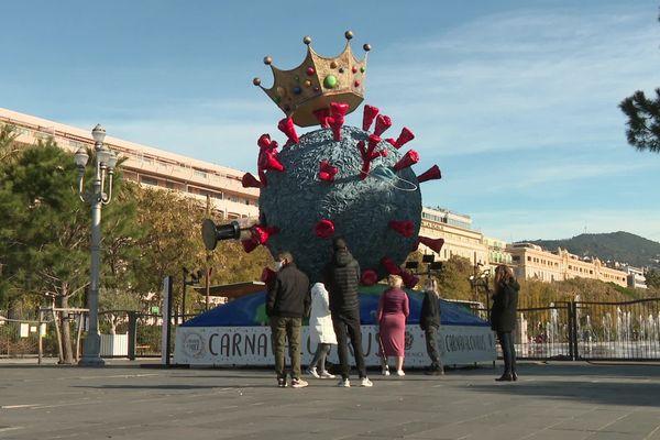 La sculpture sera présente jusqu'au 27 février sur la place Masséna à Nice.