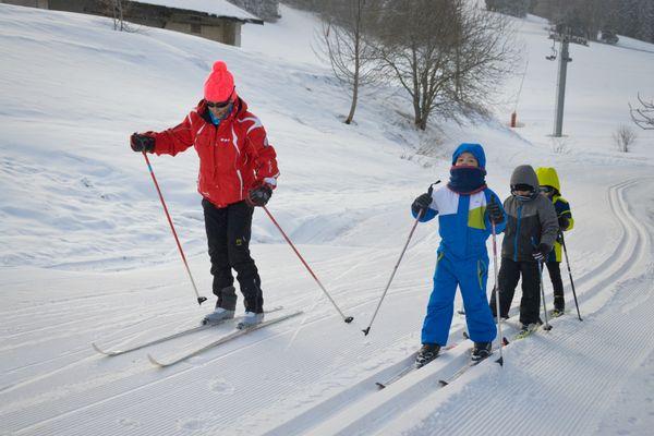 Laurence dispense plusieurs cours de ski de fond, ou accompagne des groupes en raquette, durant la semaine.