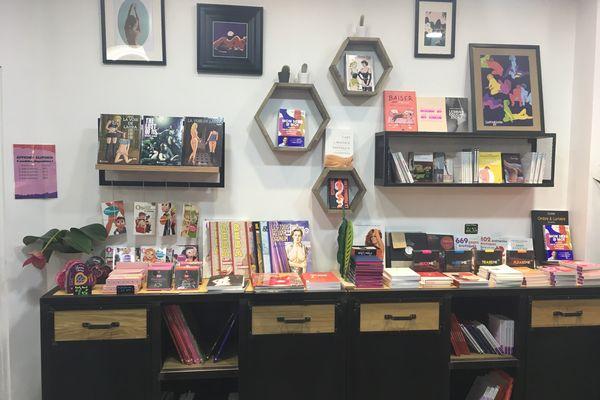 La boutique n'est pas une librairie, mais elle vend pas mal de livres.