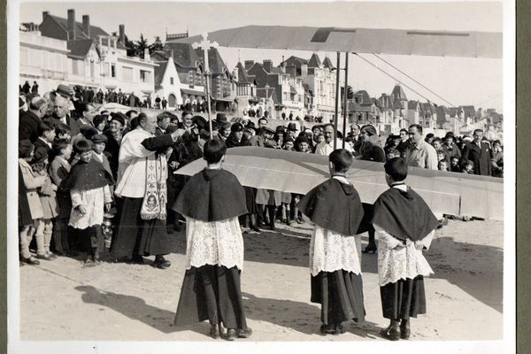 Le baptême d'un avion Luciole sur la plage de la Baule en mars 1933