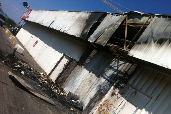 Des dégâts minimes au dos du magasin grâce à la réactivité des pompiers. Le supermarché a pu ouvrir ce matin
