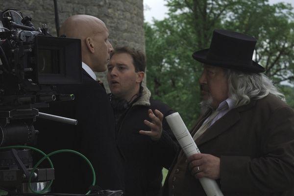 De gauche à droite : Rodrigue Francin (rôle du majordome), Edouard Giraudo (le réalisateur) et Jean-Claude Dreyfus (rôle de Monsieur Sauliac) lors du tournage au Château de Vaillac dans le Lot.