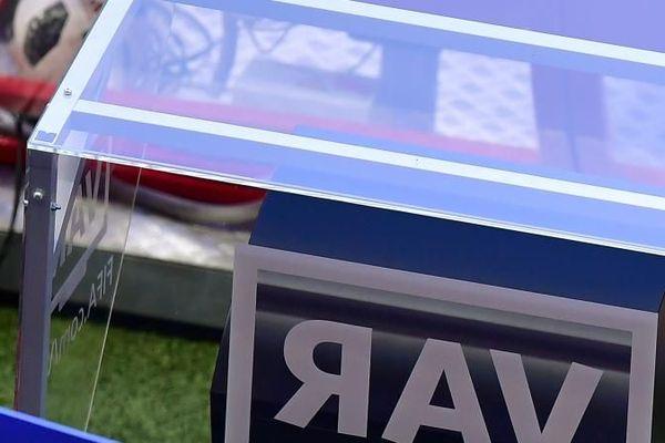 L'arbitre américain, Mark Geiger, a recours à l'assistance vidéo (VAR) pendant le match entre la Corée du Sud et l'Allemagne, lors de la Coupe du monde 2018, en Russie.