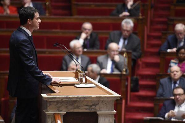 Le Premier ministre Manuel Valls face à l'Assemblée nationale introduit le débat sur la réforme de la Constitution, à Paris, le 5 février 2016.