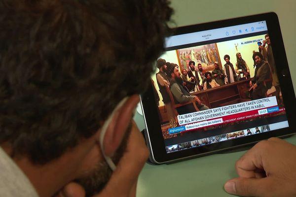 Les réfugiés afghans scrutent les nouvelles de leur pays.