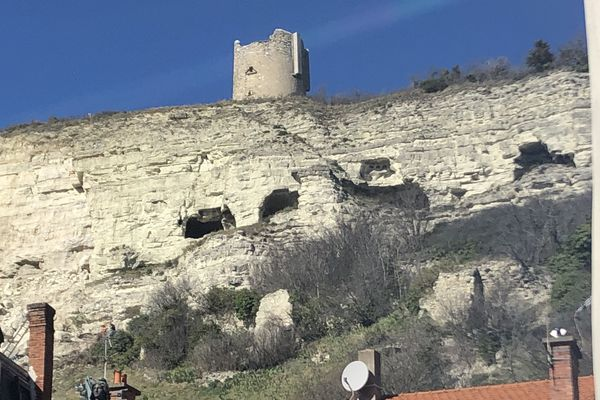 A la Roche-Blanche, dans le Puy-de-Dôme, un pan de falaise s'est effondré ce samedi 15 février aux alentours de 9h30.