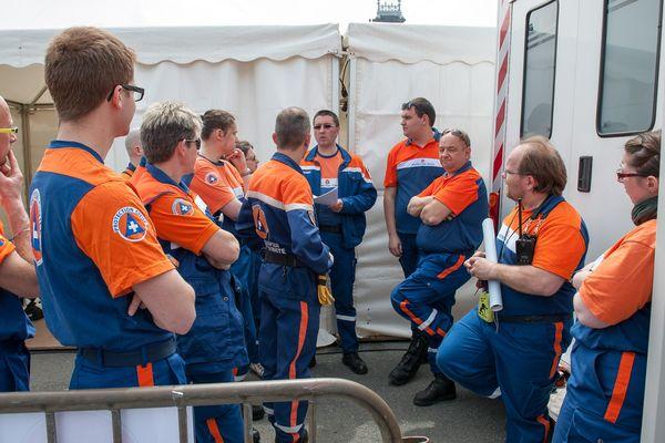 Dernier briefing pour les bénévoles de la protection civile avant le début des concerts