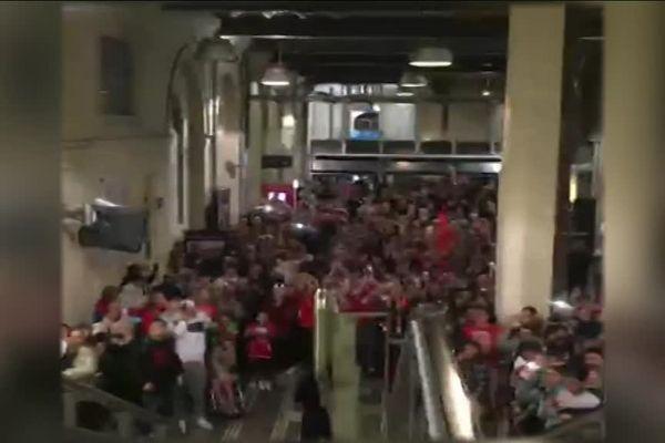 Plusieurs centaines de supporters accueillent les Nîmois à la gare de Nîmes - 16 avril 2016