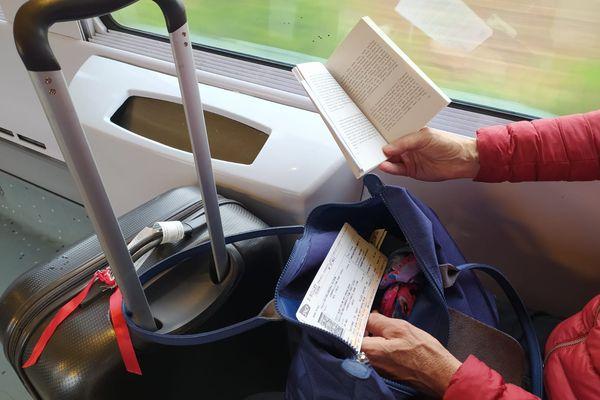 Comme Annie-France, beaucoup de voyageurs profitent des voyages en train pour lire.