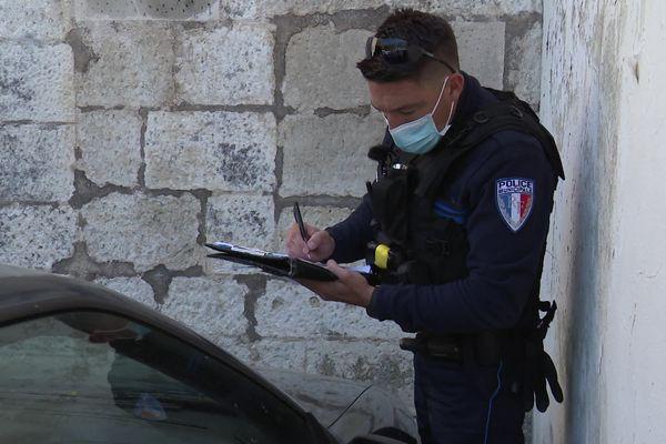 Anthony Gaudais, brigadier-chef de la police municipale de Saintes effectue des contrôles sur un véhicule ventouse.