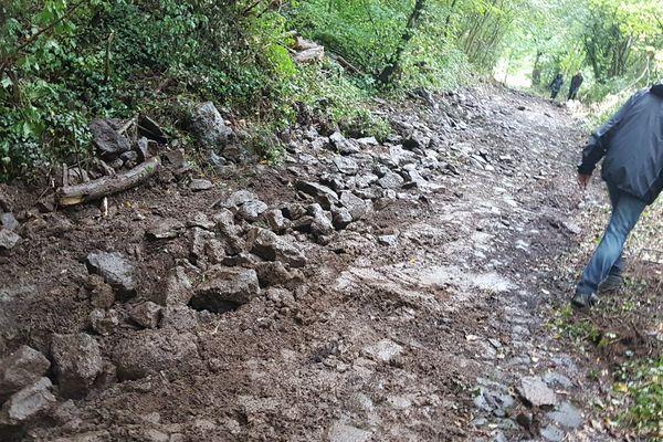 Des pavés de la voie romaine ont été arrachés, puis remis dans le trou rebouché.