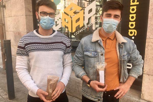 Antonin Bourgeois et Kevin Oddon espèrent commercialiser d'ici fin mai leurs premiers produits à base d'insectes.
