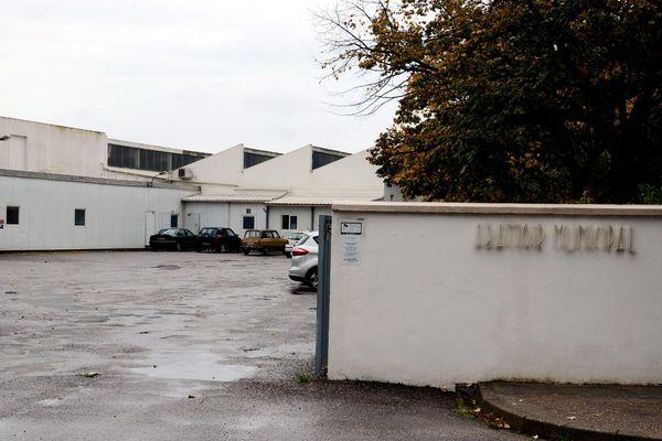 L'abattoir de Narbonne mis en cause dans la vidéo n'est pas une structure municipale mais privée, malgré l'inscription à l'entrée.