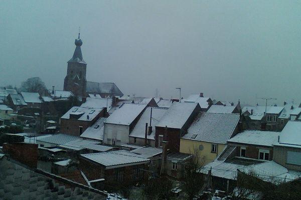 Une fine couche de neige recouvrait les toits à Berlaimont, ce dimanche en fin d'après-midi.