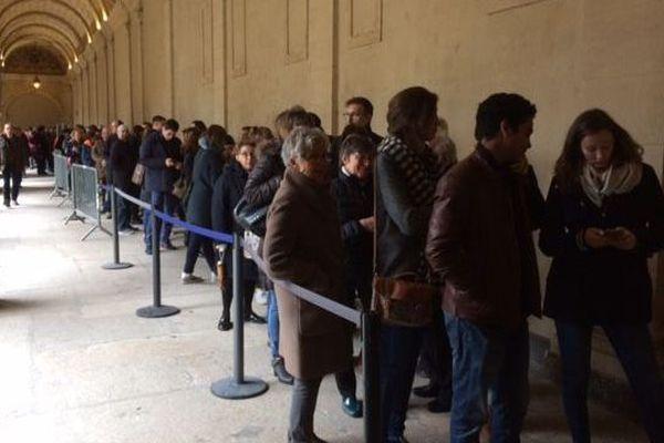 Une file ininterrompue ce dimanche après-midi vers 15 h 30 à l'entrée du musée pour l'expo Los Modernos