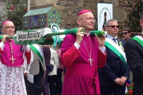 L'évêque de Limoges porte à bout de bras les couleurs de Saint Aurélien.