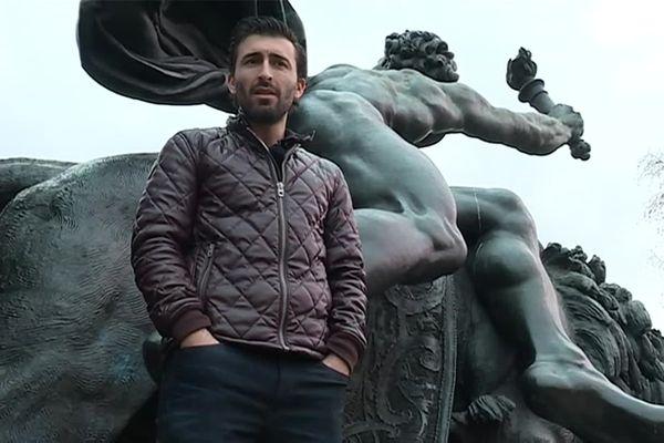 Originaire de Lamalou-les-Bains (Hérault), Charles Bousquet de retour au pied de cette statue qu'il a chevauché pendant des heures pour défendre la liberté d'expression le 11 janvier 2015.