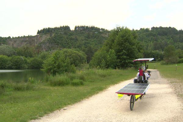 Par beau temps, les panneaux solaires installés sur le vélo de Stéphane Bujadoux lui permettront de parcourir jusqu'à 250 km par jour.