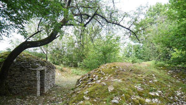 La cabane de la vigne ronde sur le circuit des meurgers, à Noyers-sur-Serein dans l'Yonne.