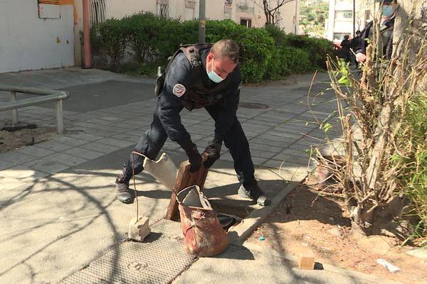 Un policier découvre sous une plaque d'égoût de la drogue laissée par un charbonneur