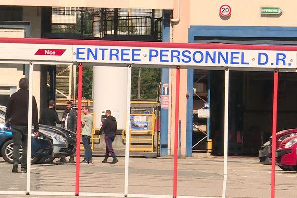 Devant les portes de Dresser Rand au Havre