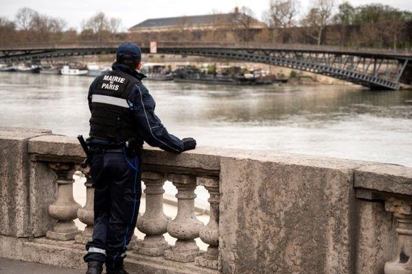Un agent en train de surveiller les rives de Seine, samedi 21 mars.