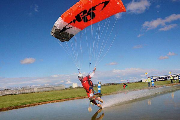 Le pilotage sous voile, une discipline du parachutisme jeune, peu connue mais spectaculaire