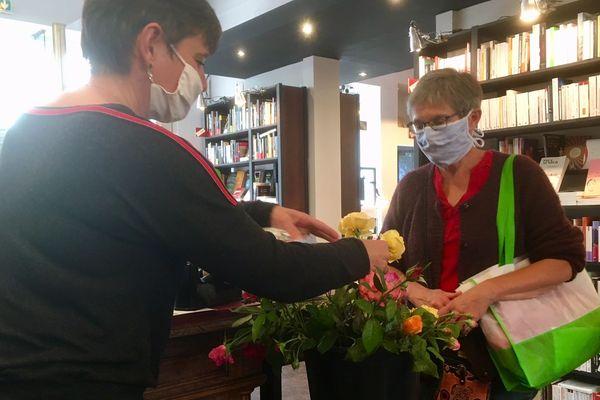 Dans cette librairie de Poitiers, une rose est offerte aux clients à l'occasion de la Fête des librairies indépendantes.