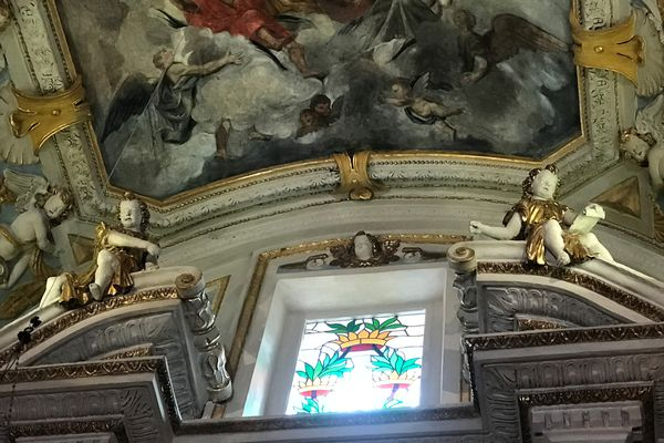 Nice, cathédrale Sainte Réparate, les anges encadrent la fenêtre en haut d'une des chapelles, pour faire entrer la lumière et et accompagner l'élévation des âmes.