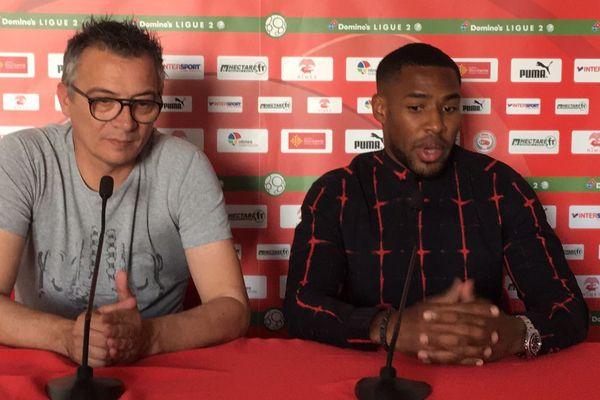 Laurent Boissier, directeur sportif du Nîmes Olympique, présente la dernière recrue du club, Loïc Landre. - 28/06/2018