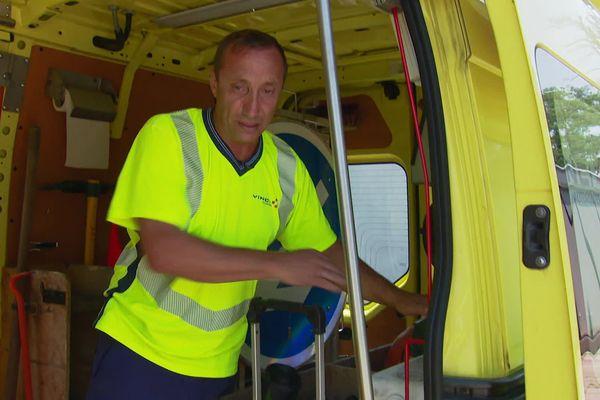 Eric Legendre est patrouilleur sur l'autoroute A7 depuis 23 ans. Eric est un ancien chauffeur routier, et aujourd'hui sa mission est l'entretien des voieries.