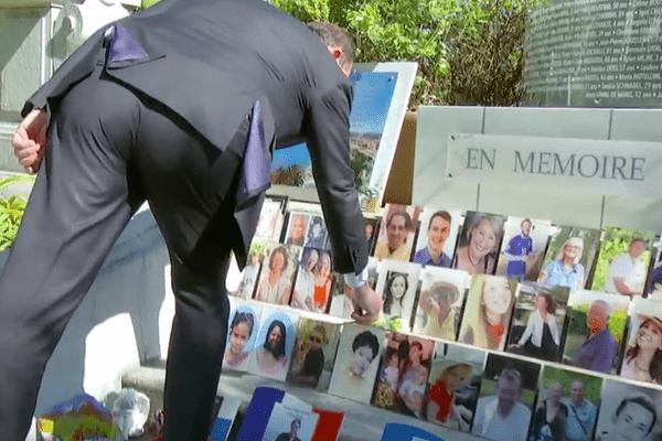Jean Castex dépose une rose sur le mémorial en hommage aux victimes de l'attentat du 14 juillet 2016.