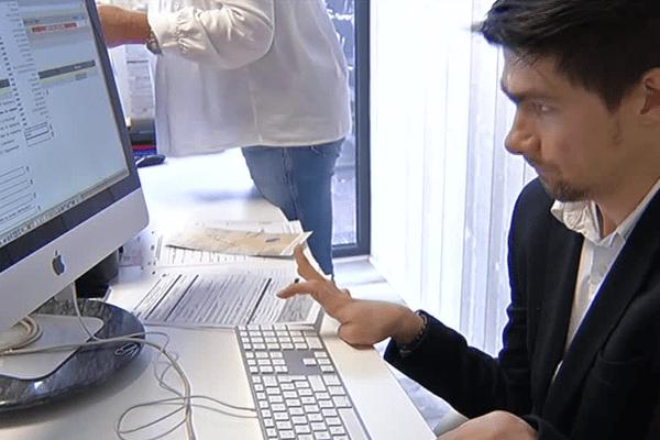 Romain Jougla, handicapé depuis sa naissance, a créé cette entreprise pour faciliter les démarches de délivrance de cartes grises, à Arès.