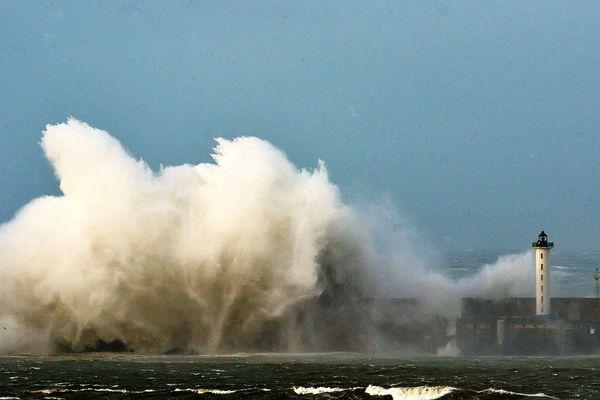 La digue Carnot, à l'entrée du port de Boulogne, en pleine tempête, en 2008.
