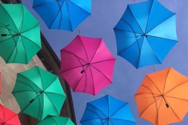 Cet été, pour la 4e année consécutive, deux rues d'Aurillac se parent de jolis parapluies colorés.